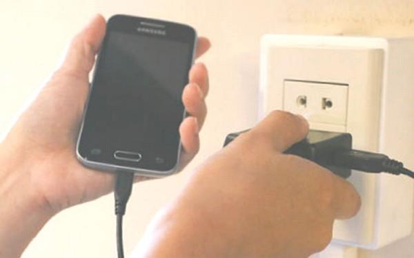 consumo de luz celular cargador
